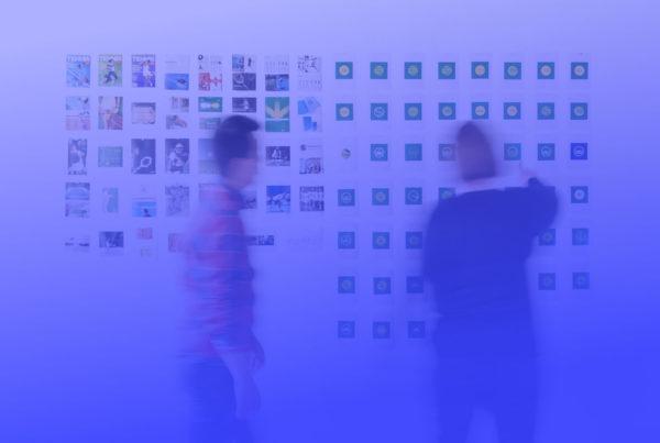 Brand Design System Personen an Wand
